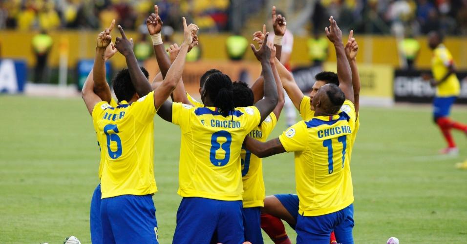 26.mar.2013 - Jogadores do Equador vibram com tento marcado na goleada contra o Paraguai por 4 a 1 em casa pelas eliminatórias da Copa-2014