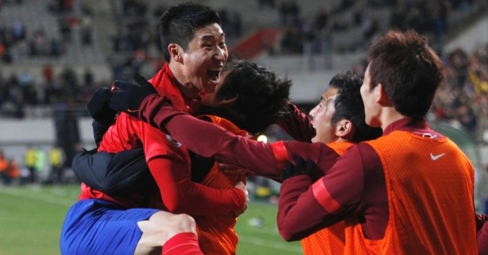 26.mar.2013 - Lee Geun-ho comemora após abrir o placar para a Coreia do Sul na partida contra o Qatar pelas eliminatórias da Copa-2014