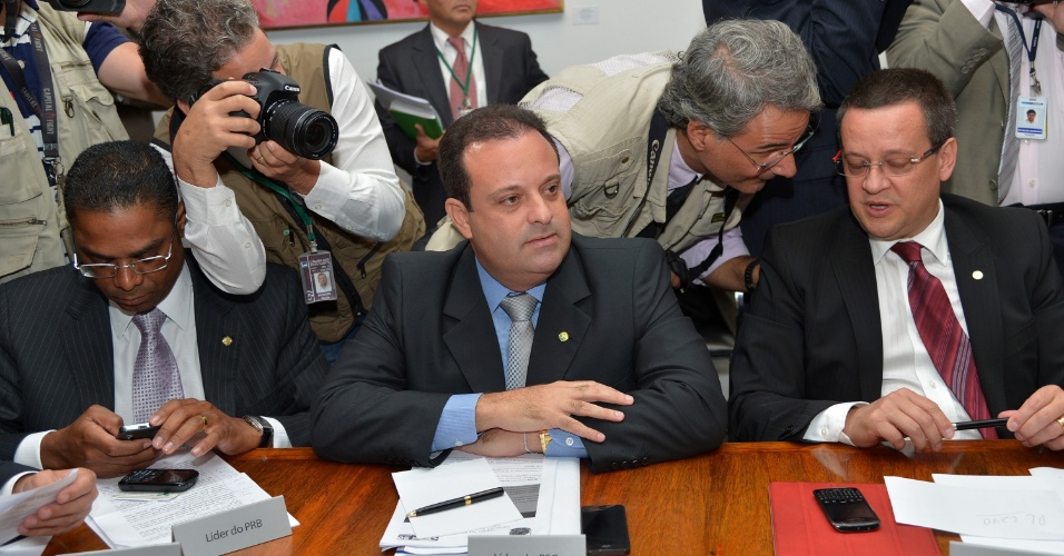 26.mar.2013 - Líderes de bancadas se reúnem na presidência da Câmara dos Deputados. Ao centro, o líder do PSC na Casa, André Moura