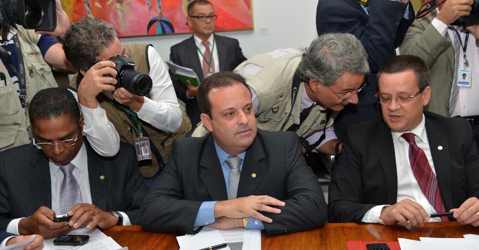 26.mar.2013 - Líderes de bancadas se reúnem nesta terça-feira (26), na presidência da Câmara dos Deputados. Ao centro, o líder do PSC na Casa, André Moura