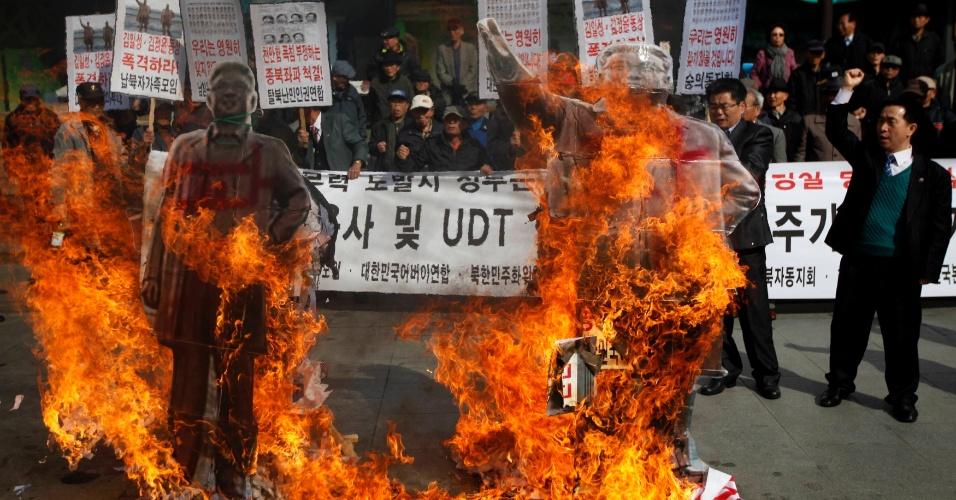 26.mar.2013 - Manifestantes anti Coreia do Norte queimam bonecos representando o patriarca do país comunista, Kim Il-sung (à direita) e o último mandatário, Kim Jong-il, durante passeata diante da embaixada dos EUA, no centro de Seul, marcando o terceiro aniversário do naufrágio do navio Cheonan, da marinha da Coreia do Sul. Acredita-se que o naufrágio, que causou a morte de 46 pessoas, tenha sido causado por um torpedo disparado pela Coreia do Norte