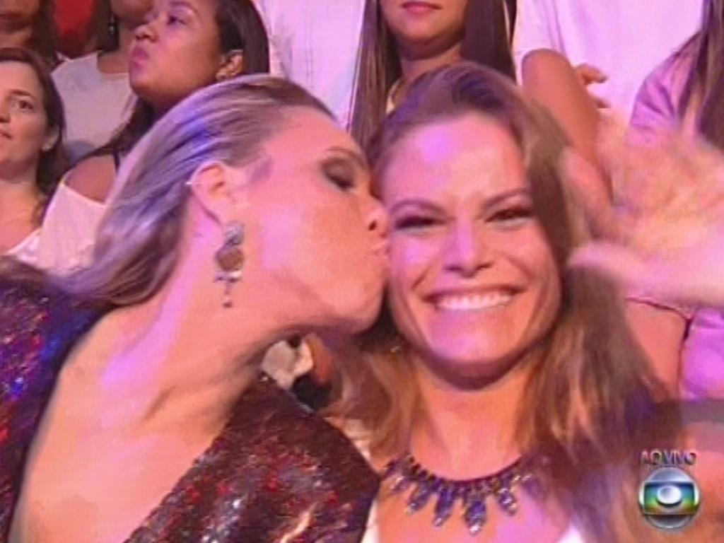 26.mar.2013 - Marien dá beijo no rosto de Natália