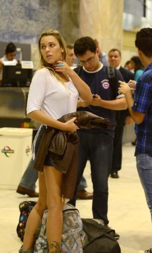"""26.mar.2013 - Marien e Ivan, ex-participantes do """"BBB13"""", se encontram no aeroporto Santos Dumont, no Rio, antes da final do reality show"""