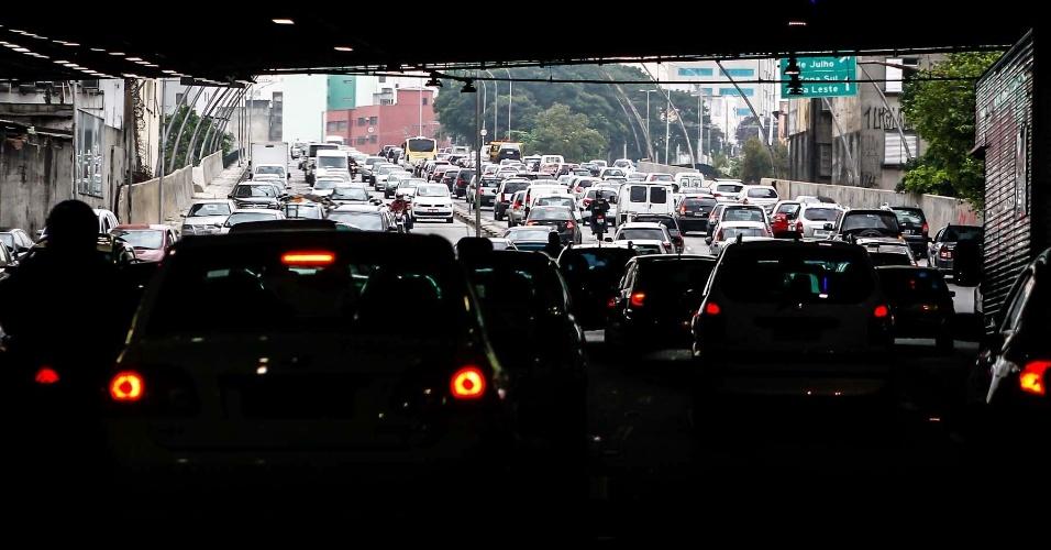 26.mar.2013 - Motoristas pegam trânsito na via de acesso à avenida 23 de maio, sentido zona leste, em São Paulo