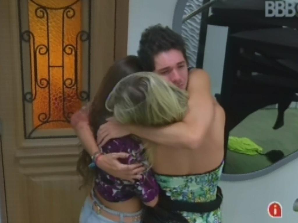26.mar.2013 - Nasser, Andressa e Fernanda se abraçam
