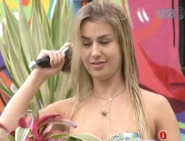 26.mar.2013 - Nasser brinca com Fernanda e diz que ela parece um dinossauro verde, por conta de sua altura