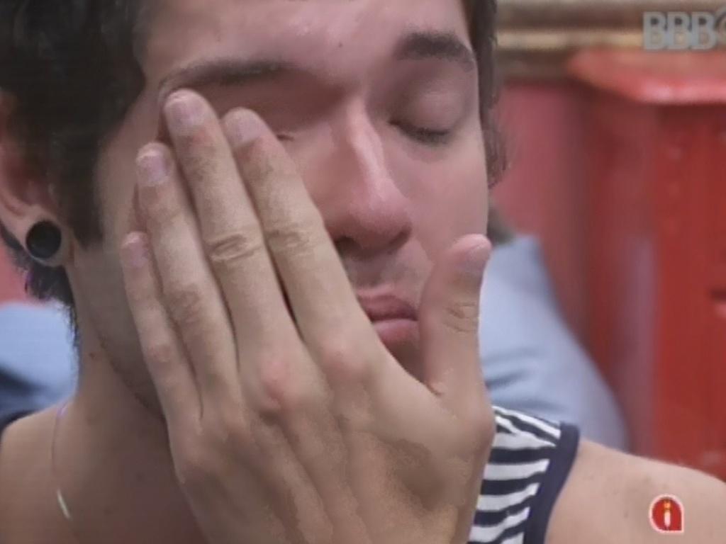 26.mar.2013 - Nasser chora depois de fazer as malas
