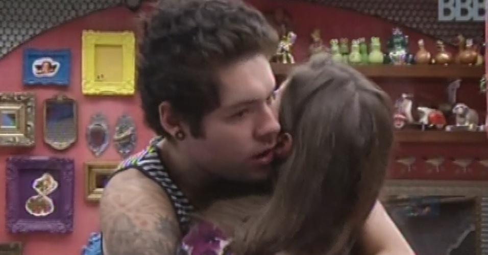 26.mar.2013 - Nasser consola Andressa após sister chorar por sumiço de acessório de roupa