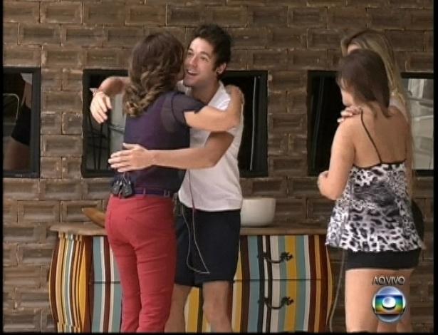 """26.mar.2013 - Nasser cumprimenta Fátima Bernardes durante visita na mansão do """"BBB13"""""""