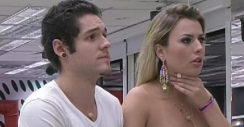 """26.mar.2013 - Nasser e Fernanda aguardam anúncio de Bial para descobrir qual deles é o vencedor do """"BBB13"""""""