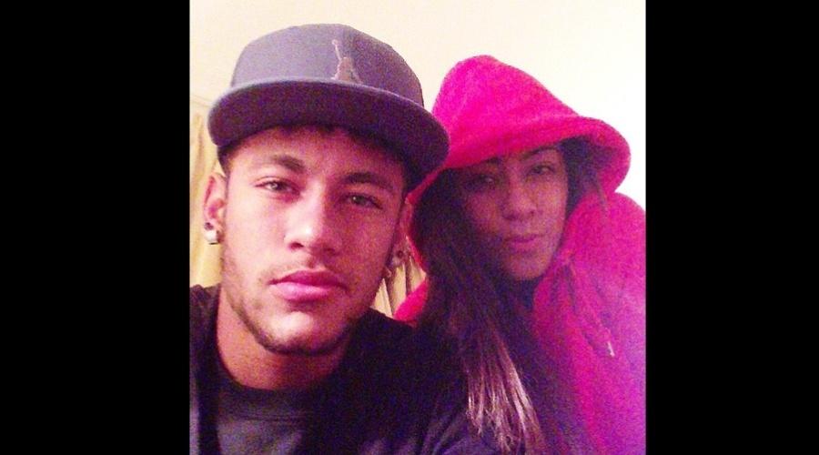"""26.mar.2013 - Neymar se declarou para a irmã, Rafaella por meio de uma foto divulgada em rede social. """"My Love (Meu Amor)"""", escreveu o jogador que namora a atriz Bruna Marquezine"""