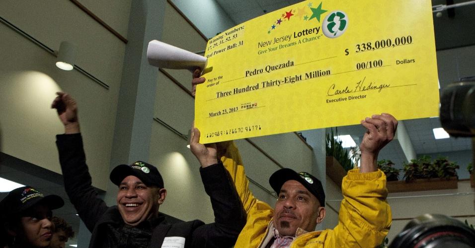 26.mar.2013 - Pedro Quezada, que ganhou US$ 338 milhões (R$ 678 milhões) na loteria americana Powerball, mostra cheque do prêmio, em Trenton, Nova Jersey. O comerciante, que emigrou da República Dominicana para os Estados Unidos com 19 anos, disse estar contente por poder ajudar a família com o prêmio