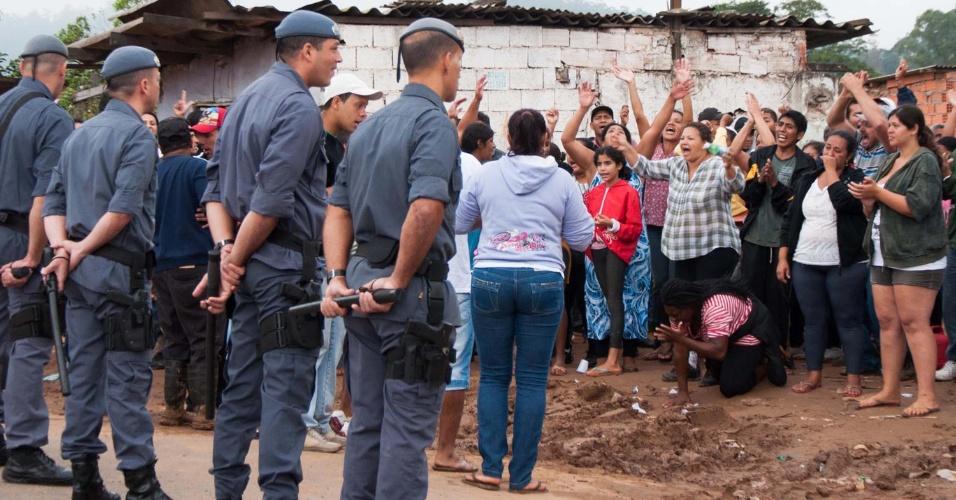 26.mar.2013 - Polícia cumpre reintegração de posse na manhã desta terça-feira (26), na ocupação Pinheirinho II, na avenida Bento Guelf em Iguatemi, zona leste de São Paulo (SP)