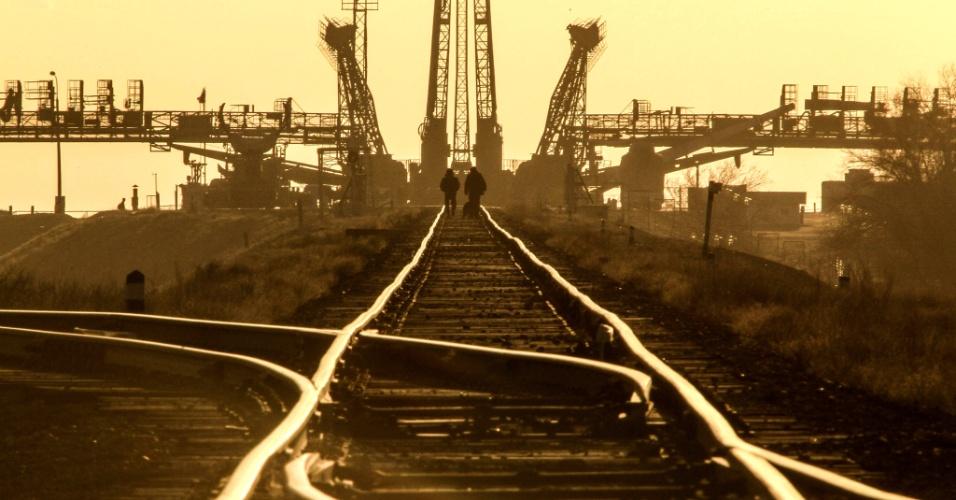 26.mar.2013 - Policiais fazem segurança dos trilhos por onde passará a nave russa Soyuz, em direção à plataforma de lançamento da base de Baikonur, no Cazaquistão. A cápsula do foguete se acoplará à Estação Espacial Internacional (ISS) após seis horas de viagem