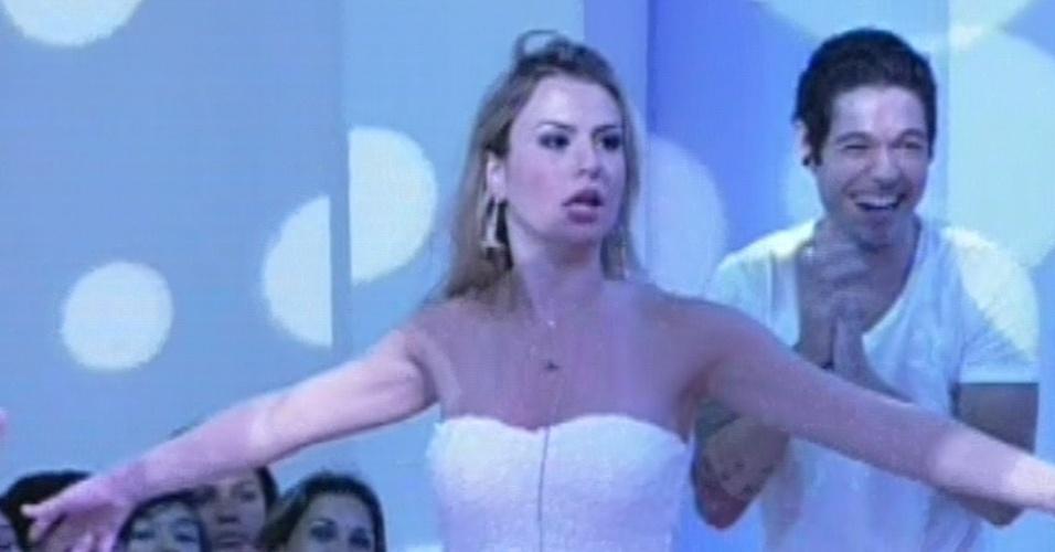 """26.mar.2013 - Surpresa com a vitória no """"BBB13"""", Fernanda deixa a casa acompanhada de Nasser, o segundo colocado"""