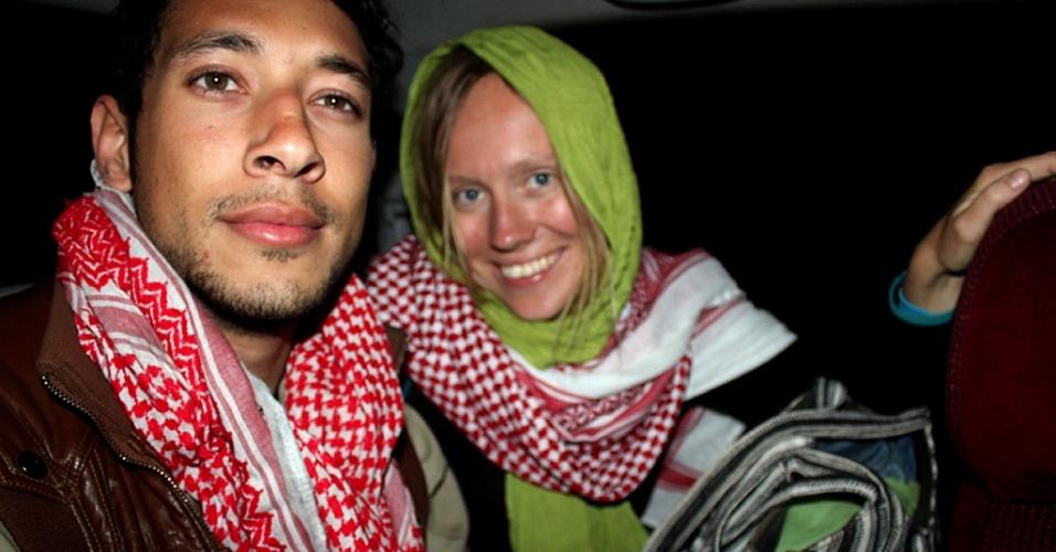 26.mar.2013 - Turista Árabe Israelense e norueguesa descansam em delegacia de polícia no Sinai, Egito, após serem libertados. Os dois haviam sido sequestrados e foram liberados após passarem quatro dias em poder de um grupo de beduínos armados
