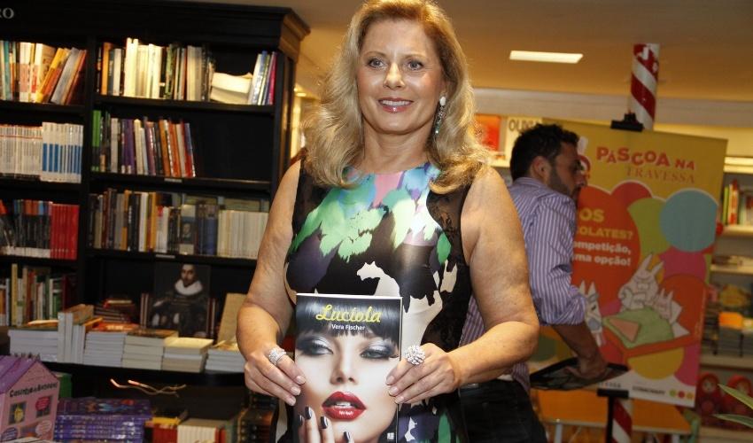 """26.mar.2013 - Vera Fischer segura o 2º romance que escreveu, """"Lucíola"""", em noite de autógrafos em uma livraria do Rio"""