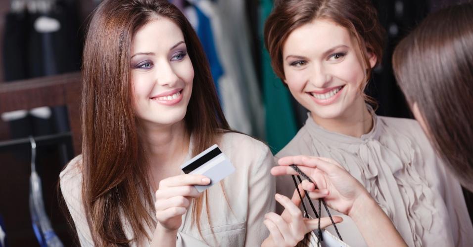 compras, cartão de crédito, amigas fazendo compras, forma de pagamento