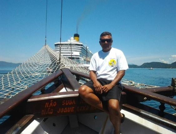Guga em sua escuna, chamada Pavarotti, em Ilha Grande no RJ - Reprodução/Facebook