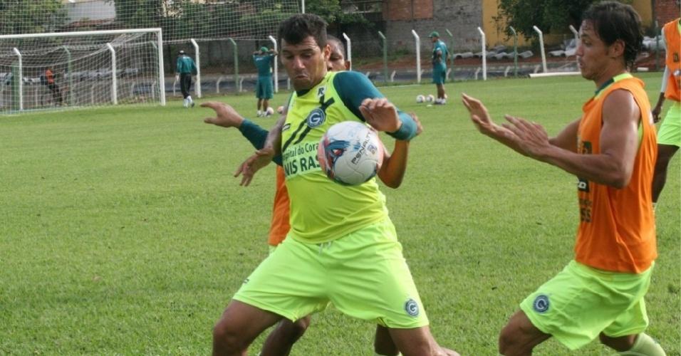 Neto Baiano disputa a bola com um companheiro durante treino do Goiás
