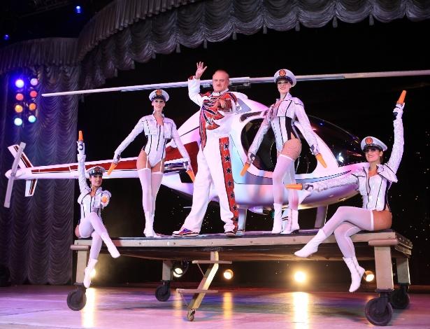 """O ponto alto do espetáculo """"AbraKdabra"""", do circo Tihany Spectacular, é a entrada de um helicóptero no palco - Divulgação"""