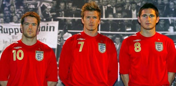 Os astros da seleção inglesa posam com uniforme usado pela equipe na Copa  do Mundo de 04d52897e8160
