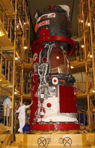 20.mar.2013 - Funcionários do centro de montagem inspecionam a nave russa Soyuz TMA-08M. A nave está prevista para decolar do cosmódromo de Baikonur, no Cazaquistão, na próxima quinta-feira (28), levando novo trio de astronautas para a Estação Espacial Internacional (ISS, na sigla em inglês) - os cosmonautas russos Pavel Vinogradov e Alexander Misurkin e o astronauta norte-americano Christopher Cassidy  vão integrar a missão 35 da ISS