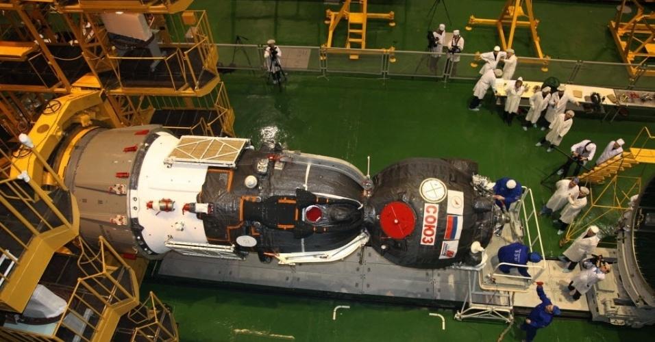 22.mar.2013 - Equipe russa monta a Soyuz TMA-08M, nave que vai levará na próxima quinta-feira (28) um novo trio de astronautas para a Estação Espacial Internacional (ISS, na sigla em inglês). O voo deve levar cerca de seis horas para chegar à plataforma orbital, e não mais dois dias