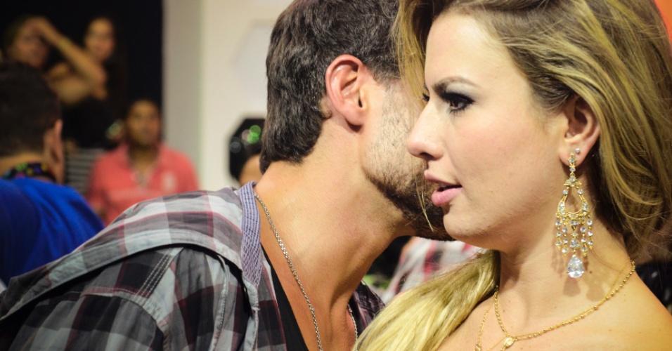 26.mar.2013 - André fala ao pé do ouvido de Fernanda após vitória da mineira dentro do reality show