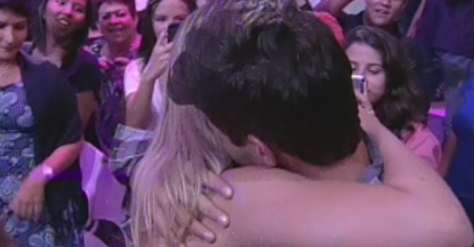 """26.mar.2013 - Após ser anunciada como campeã do """"BBB13"""", Fernanda corre para abraçar André, seu namorado no programa"""
