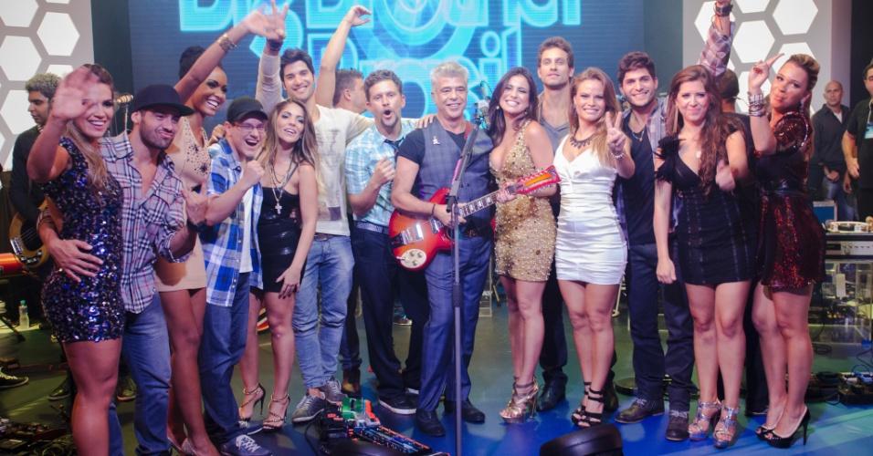 """26.mar.2013 - Brothers posam para foto ao lado de Lulu Santos; artista foi responsável pelo show de encerramento da 13ª edição do """"BBB13"""""""