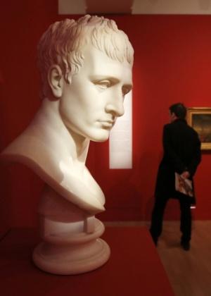 """Busto de Napoleão Bonaparte de 1803, aproximadamente, no estilo do escultor Antonio Canova (1757-1822), exibido na mostra """"Napoleão e Europa"""", no Museu da Armada de Paris - REUTERS/Charles Platiau"""
