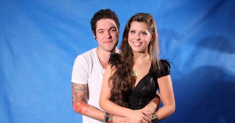 26.mar.2013 - Casal de finalistas, Andressa e Nasser posam para fotos abraçados após deixar o programa em terceiro e segundo lugar, respectivamente