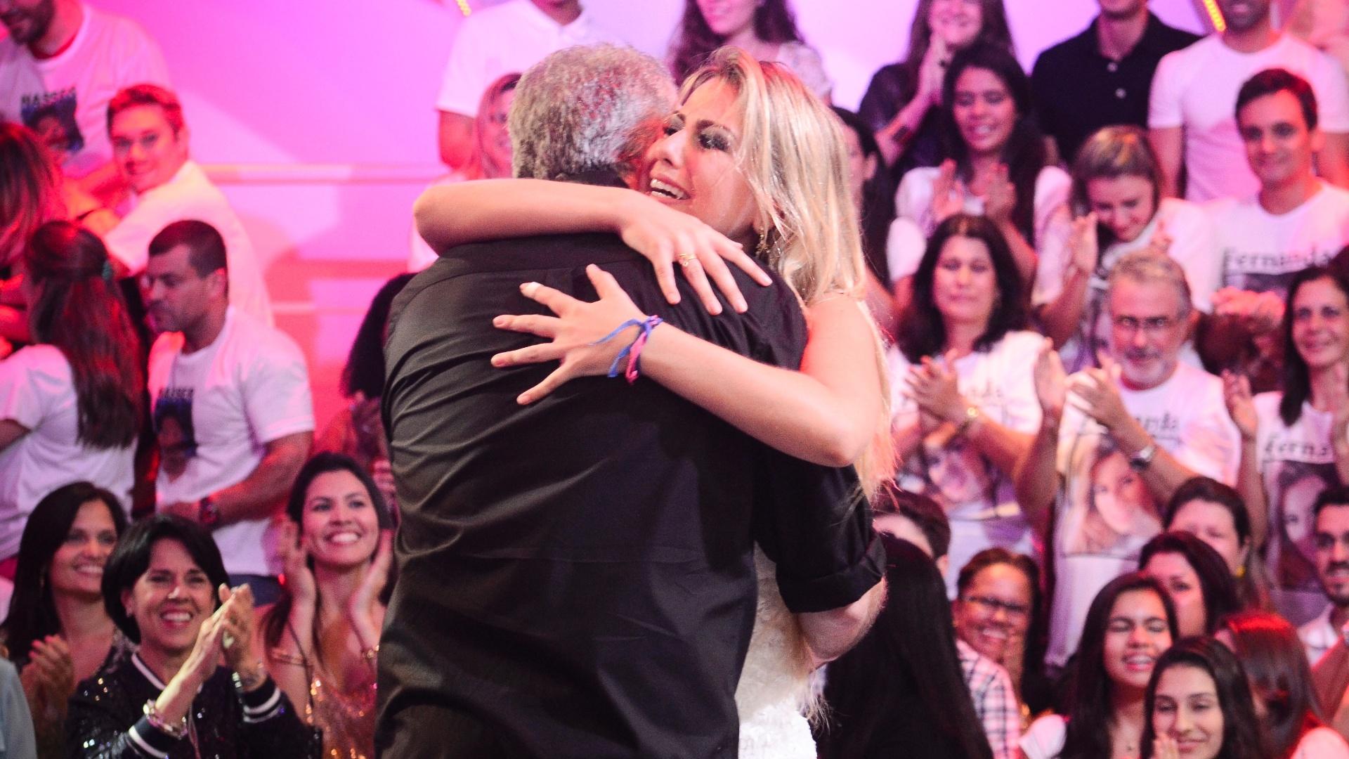 26.mar.2013 - Fernanda abraça Pedro Bial que a cumprimenta pela vitória e pelo prêmio de R$ 1,5 milhão