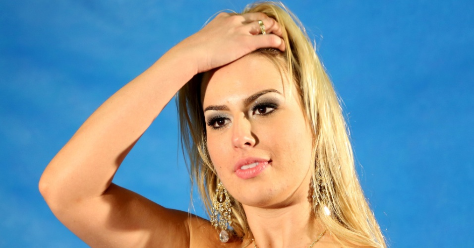 26.mar.2013 - Fernanda ajeita cabelos em sessão de fotos. Ela disse após a final do programa que não pensa em posar nua