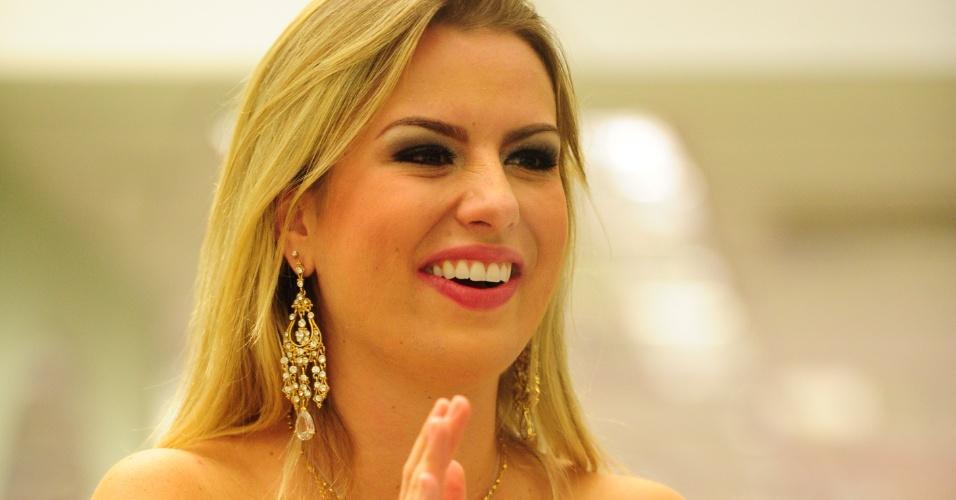 26.mar.2013 - Fernanda aplaude os vídeos feitos para a edição final do