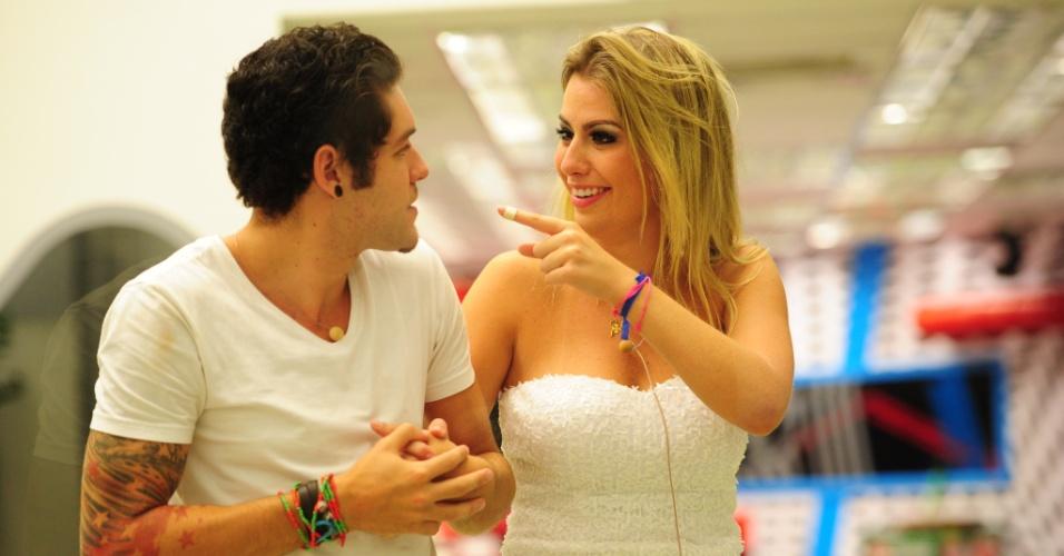 26.mar.2013 - Fernanda brinca com Nasser durante o intervalo do programa