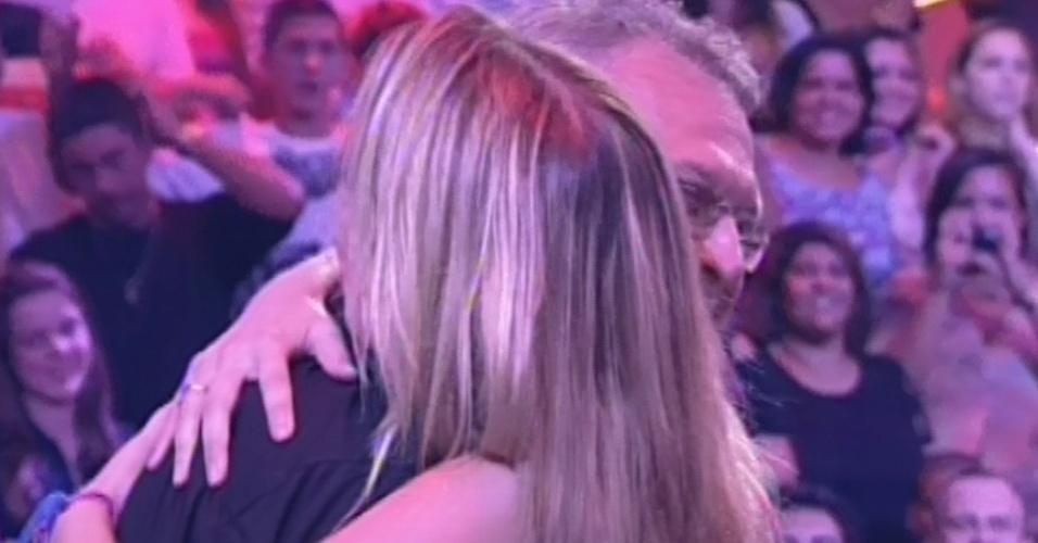 """26.mar.2013 - Fernanda dá abraço em Pedro Bial e o chama de """"meu amor"""""""