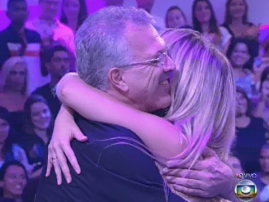 26.mar.2013 - Fernanda dá abraço em Pedro Bial e o chama de