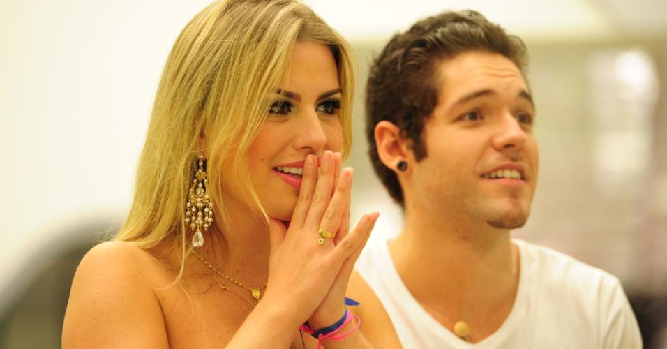 """26.mar.2013 - Fernanda e Nasser acompanham o programa final do """"BBB13"""" de dentro da casa"""