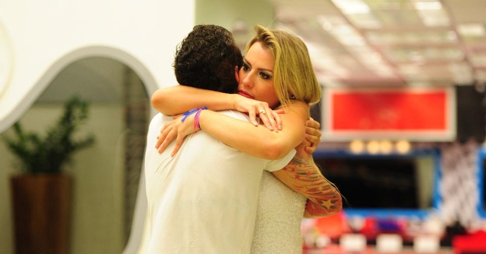 """26.mar.2013 - Fernanda e Nasser se abraçam após o anúncio de que Fernanda é campeã do """"BBB13"""""""