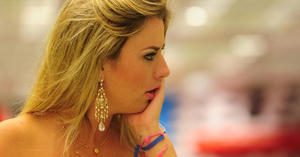 """26.mar.2013 - Fernanda também fica emocionada ao assistir o programa final do """"BBB13"""""""