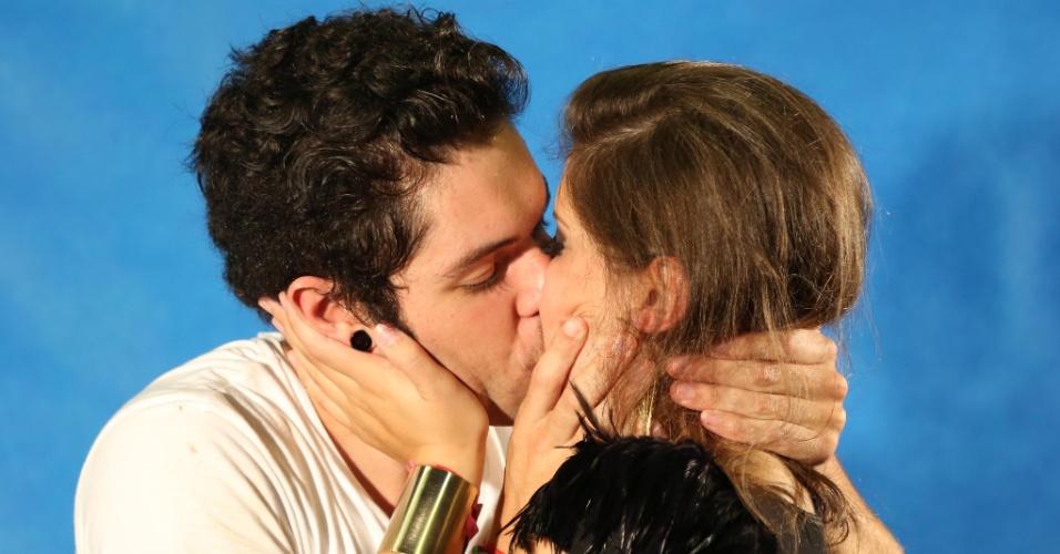 26.mar.2013 - Finalistas, Andressa e Nasser trocam beijos após deixar o programa. O gaúcho ficou em segundo lugar e a paranaense, em terceiro