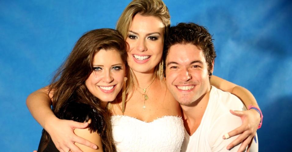 """26.mar.2013 - Finalistas do """"BBB13"""", Andressa, Fernanda e Nasser se abraçam. Com 62,79% dos votos, a mineira foi escolhida campeã do programa, enquanto Nasser e Andressa tiveram, respectivamente, 28,29% e 8,92% dos votos"""