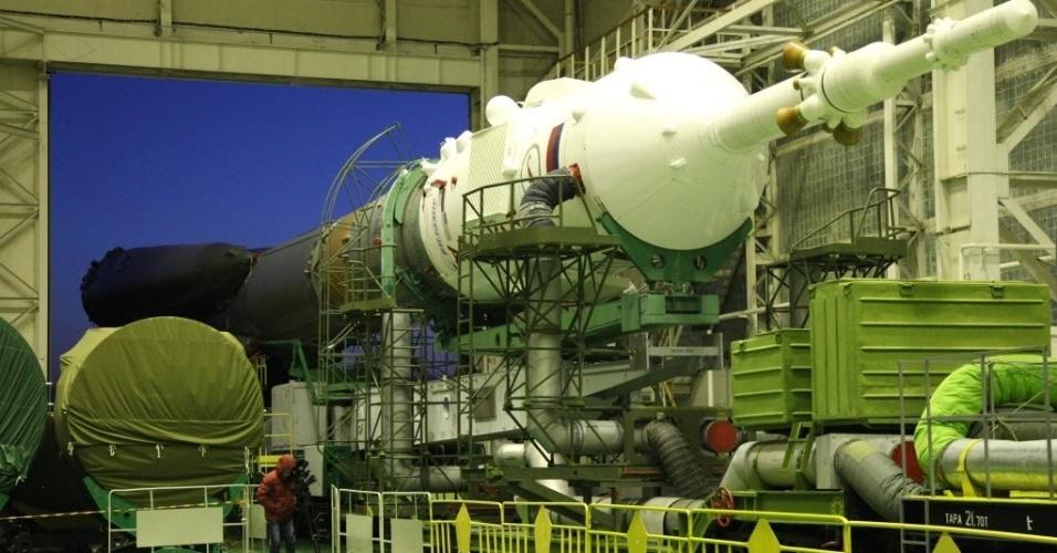 26.mar.2013 - Foguete acoplado à Soyuz TMA-08M deixa base russa de montagem do cosmódromo de Baikonur, no Cazaquistão, com destino à plataforma de lançamento