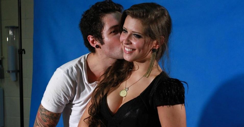 "26.mar.2013 - Nasser dá beijo no rosto de Andressa após deixar o ""BBB13"""