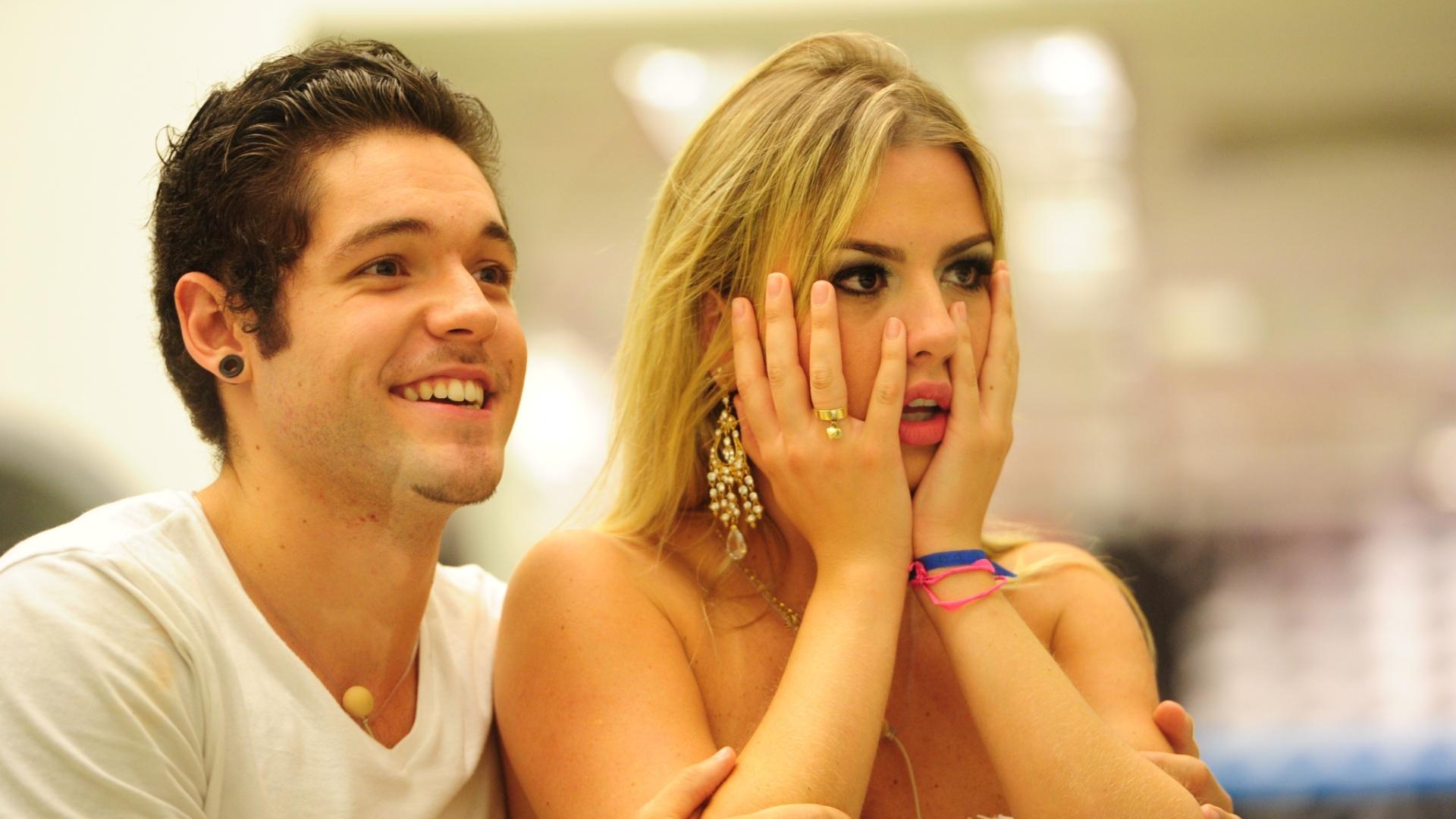 26.mar.2013 - Nasser e Fernanda assistem aos vídeos do último programa do