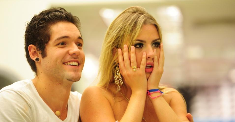 """26.mar.2013 - Nasser e Fernanda assistem aos vídeos do último programa do """"BBB13"""""""