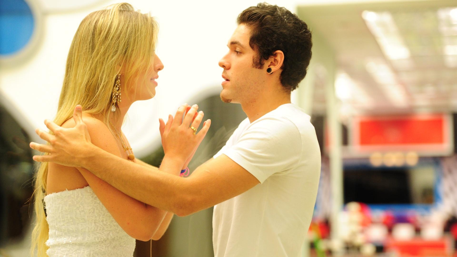 26.mar.2013 - Nasser tenta acalmar Fernanda momentos antes do anúncio oficial de quem seria o vencedor da 13ª edição do