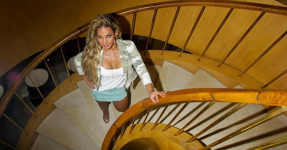 26.mar.2013 - Prestes a lançar carreira solo, Valesca Popozuda posa para fotos em hotel em São Paulo